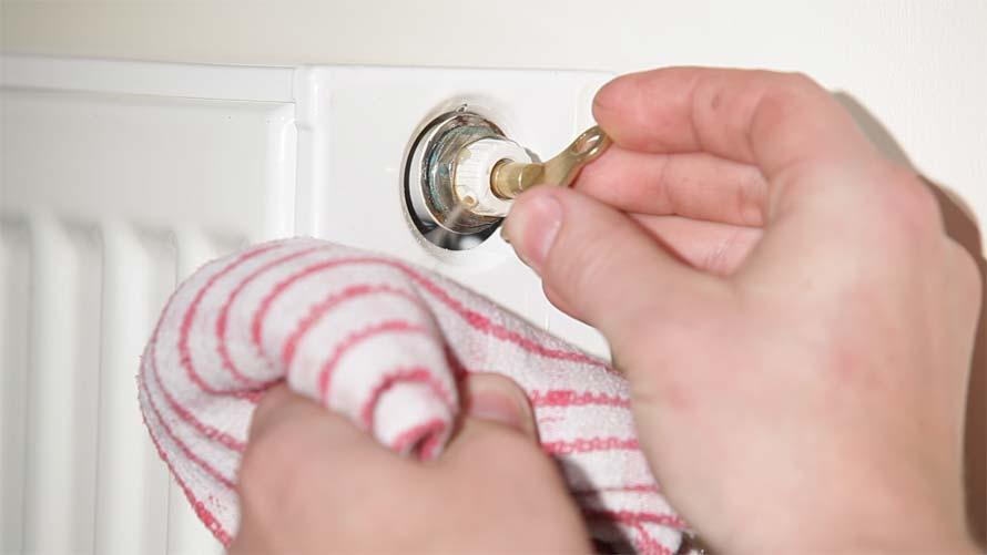 acqua che fuoriesce dal radiatore durante lo sfiatamento