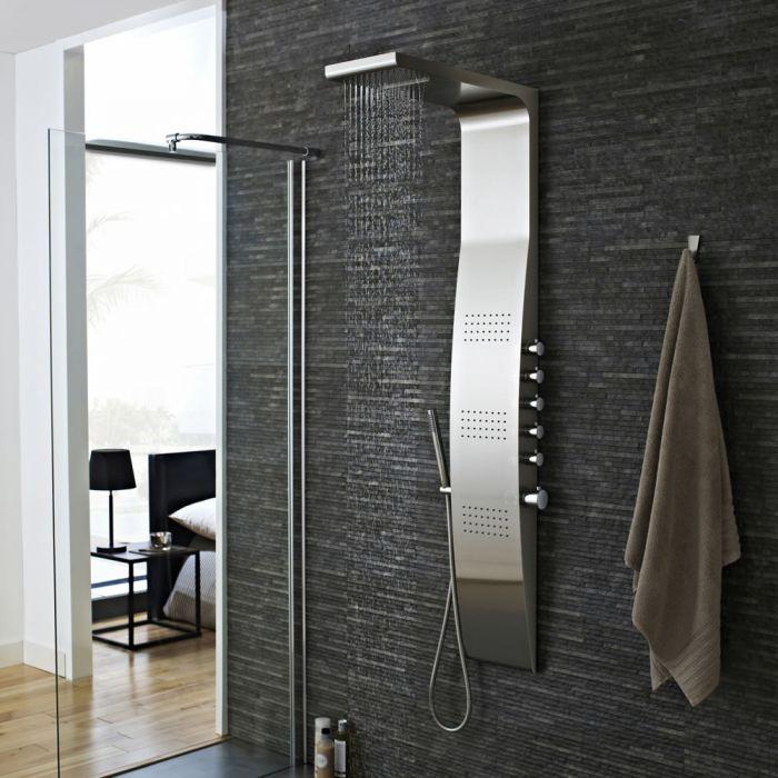 Ecco l'effetto finale del piastrellamento di una parete doccia, dotato di un pannello doccia in acciaio inox, completo di miscelatore termostatico, soffione doccia, idrogetti, doccetta e flessibile doccia